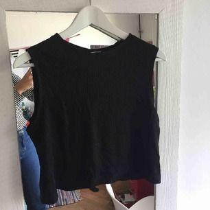 fint basic linne från weekday, storleken är xs men den är ganska oversize i modellen