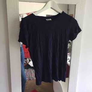 fin basic marinblå t-shirt från weekday i tunnt material!