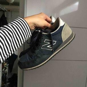 Fina marinblåa New balance. Använt men fint skick! Modell 420!