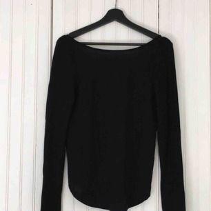 Jättefin glittrig svart tröja med urringning i ryggen från VILA. Superbra skick! Köparen står för frakt.