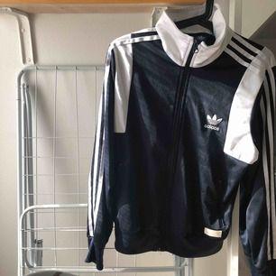 En jättefin Adidas kofta i marinblått, Orginalpris 600kr säljes för 280 + frakt  Tar emot Swish