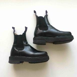 Eytys Ortega black leather i storlek 38. Nypris 4000 kr. Använda en säsong och i bra skick. Spår av användning. Säljer helst i Stockholms området med Meet up. Köpare utanför Sthlm betalar frakt.