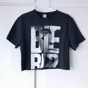 Svart/grå tshirt från Nakd med Justin Bieber motiv. Har själv klippt av den till en croptopp. Aldrig använd. Frakt tillkommer. Betalning med swish