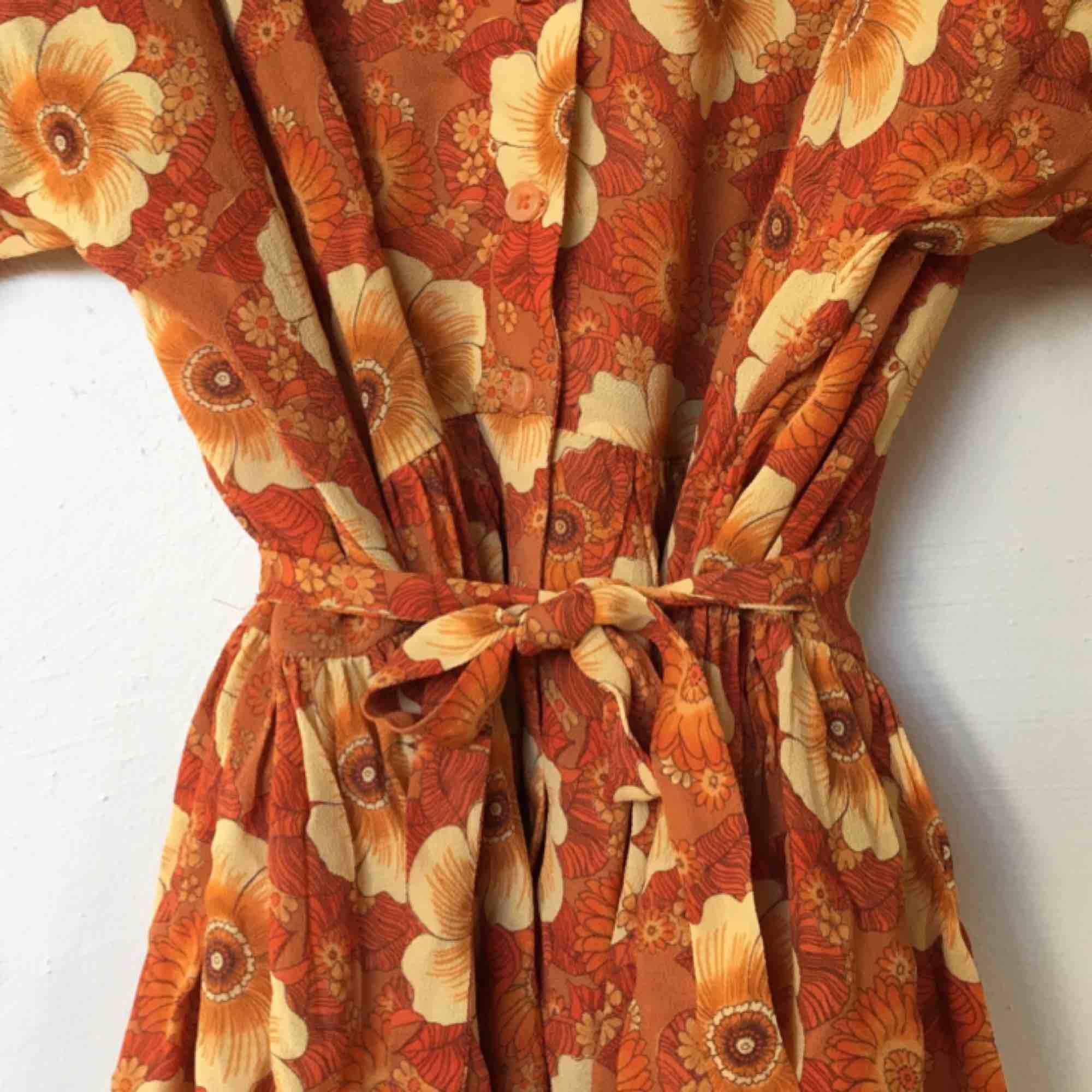 8ede715e6c0e 70-tals inspirerad American Vintage sommarklänning. Aldrig använd.  Klänningen är oversized så den ...
