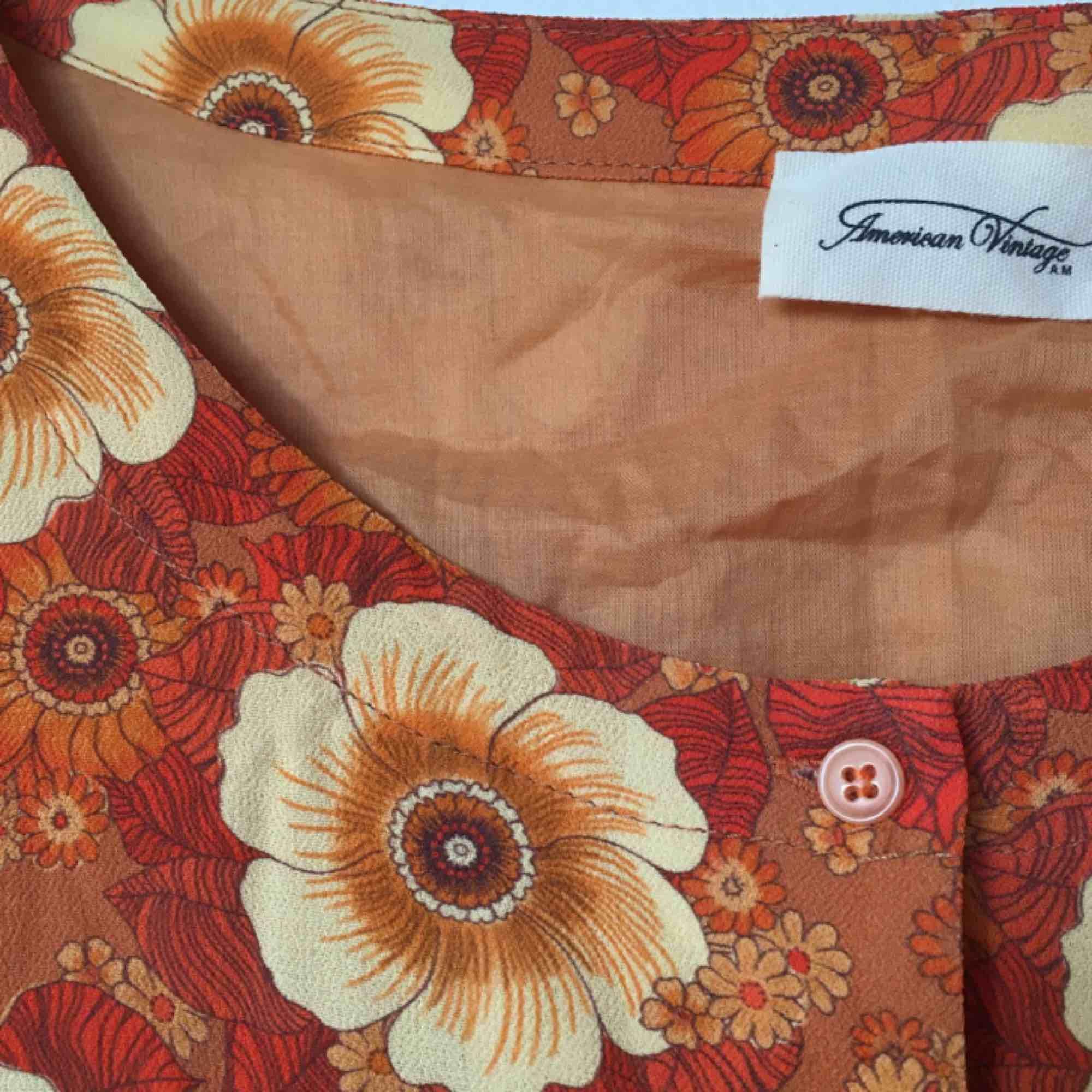 e7bb44ea746e Klänningen är oversized så den 70-tals inspirerad American Vintage  sommarklänning. Aldrig använd. Klänningen är oversized så den ...