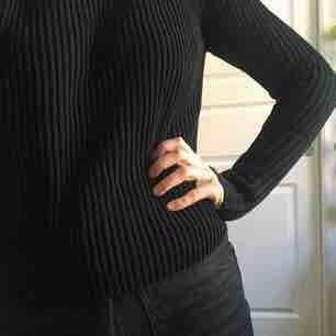 Ribbstickad tröja med långa ärmar, bomull.  perfekt till höga byxor!  Står M i, dock ganska ostretchig, jag brukar va en s-m och den är perfekt/lite tajtare på mig.  inte noppig (använd för sällan, säljes därför:))  Möts i centrala sthlm!