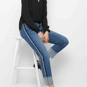 Jeans som passar strl 34-36. Helt nya