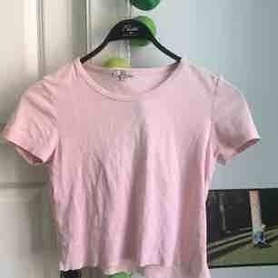 Ljusrosa Avklippt T-shirt, Bomull Strl xs-s-m  Jag brukar ha s/m! Når ungefär till naveln:) Möts i centrala sthlm