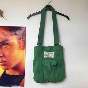 Grön praktisk väska med många fack som rymmer mycket.