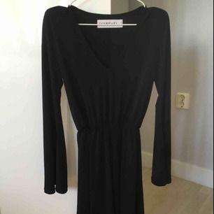 Säljer denna fina klänning från ivyrevel pga av att plagget är för stor för mig. Aldrig använd bara testat.