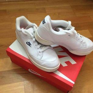 Säljer ett par helt nya Nikesneakers i stl 38,5. Säljes pga att de inte passar mig då skorna är mer åt stl 37. Ordpris 999:-