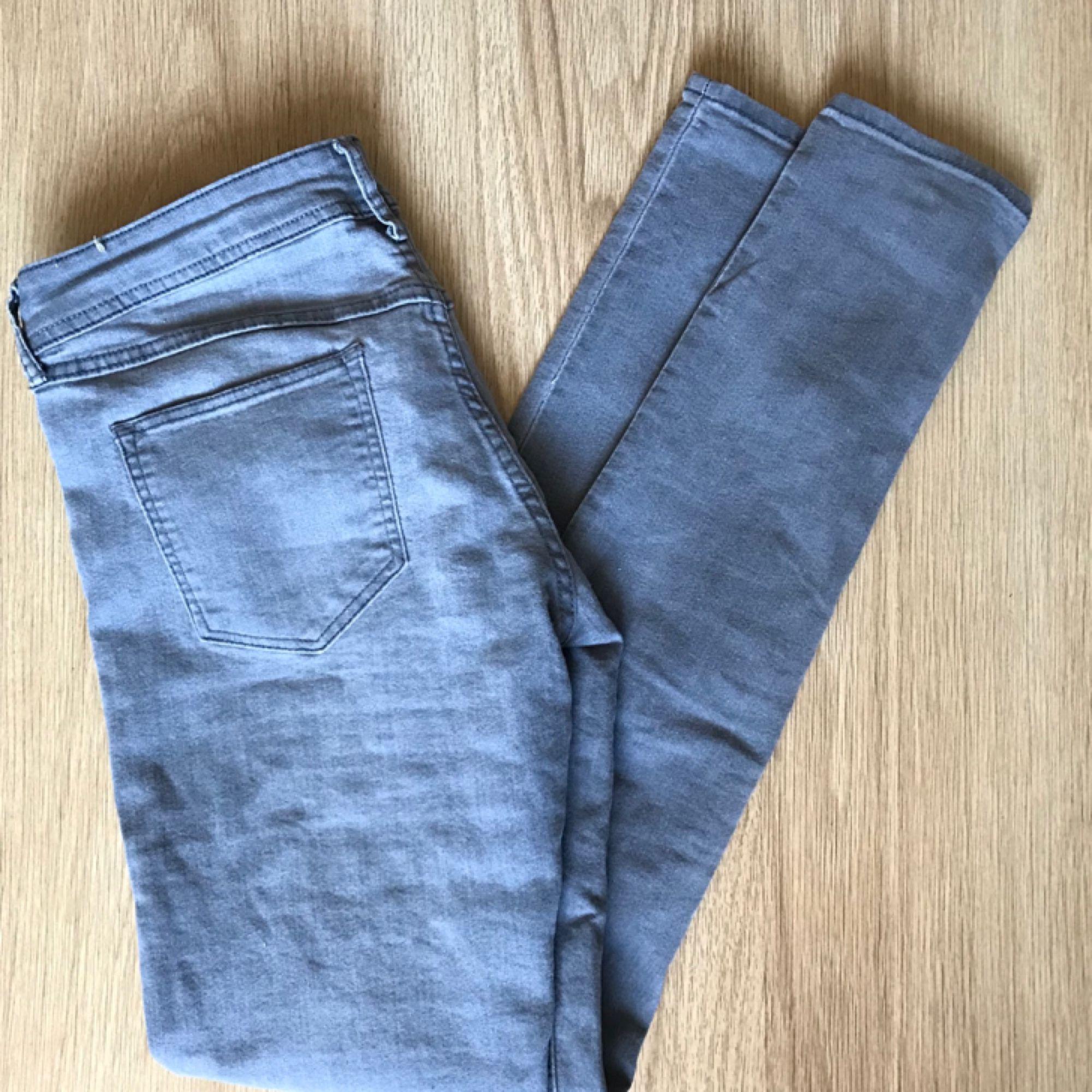 Gråa låg-midjade jeans. Köparen - H M Jeans   Byxor - Second Hand 98646e9cdc180