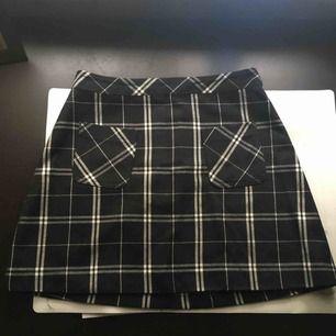 En nice kjol perfekt till hösten!  Det står 36 i den men skulle mer säga 34.  Väldigt sparsamt använd!  Köparen står för frakt🌹