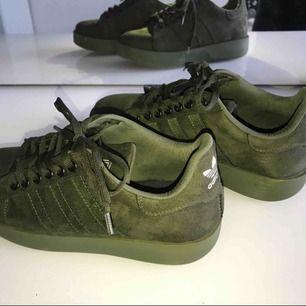 Ett par SUPER snygga militär gröna mocka skor. Äkta adidas köptes för 3 månader sedan men inte kommit så mycket till användning.
