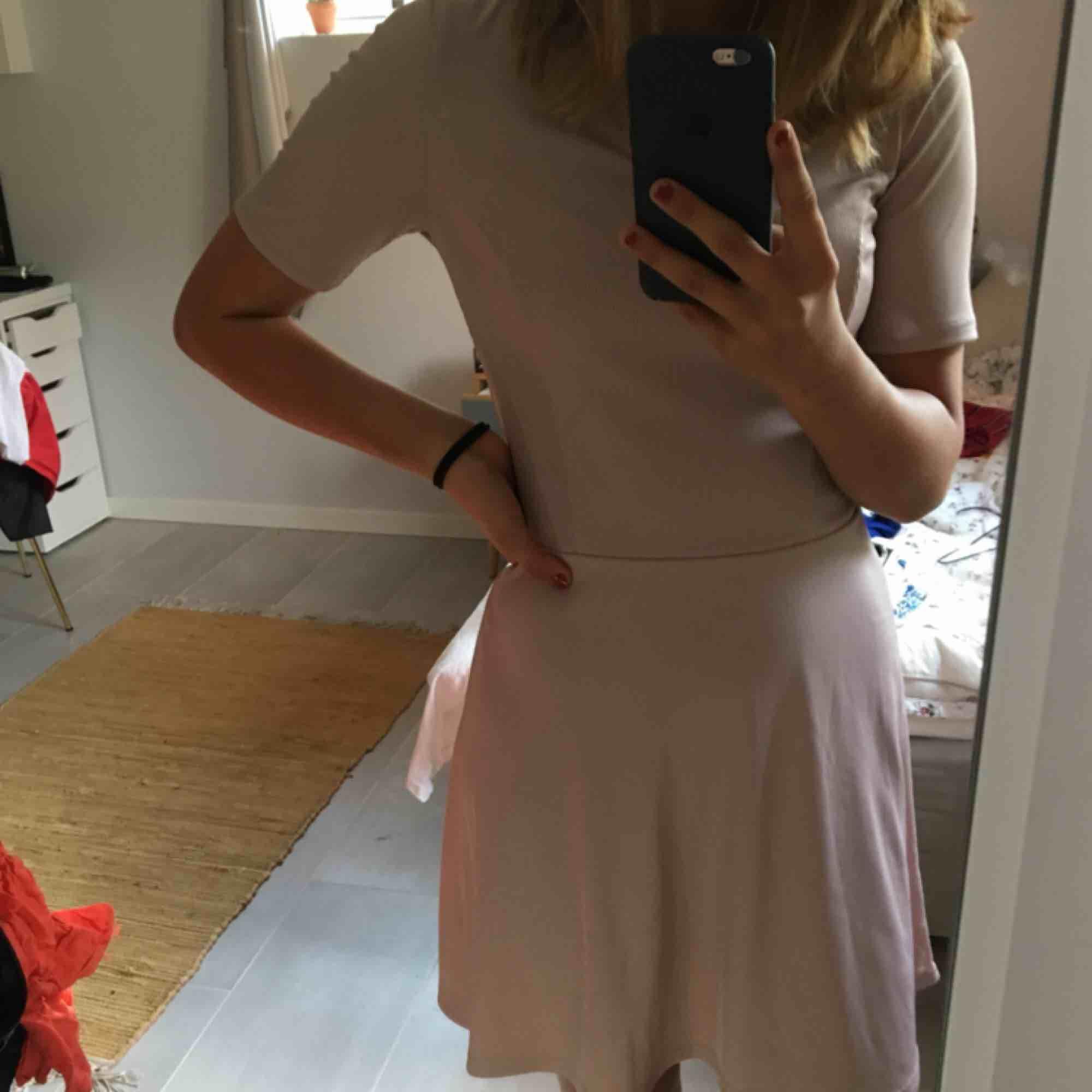 Jättesöt gammeldagsrosa klänning från hm meden liten öppning där fram. Går ungefär till knäna på mig som är 167cm:). Klänningar.