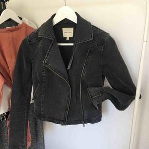 Jeansjacka med bikerstuk, skitsnygg på. Knappt använd. Inköpt för 800kr