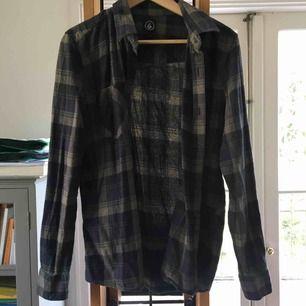 Flannelskjorta i snygga färger från Volcom.