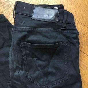 Svarta Tiger of Sweden jeans. Modellen heter pistolero.