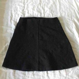 Svart mönstrad kjol med hög midja från Ginatricot i storlek XS. Köparen står för frakt.
