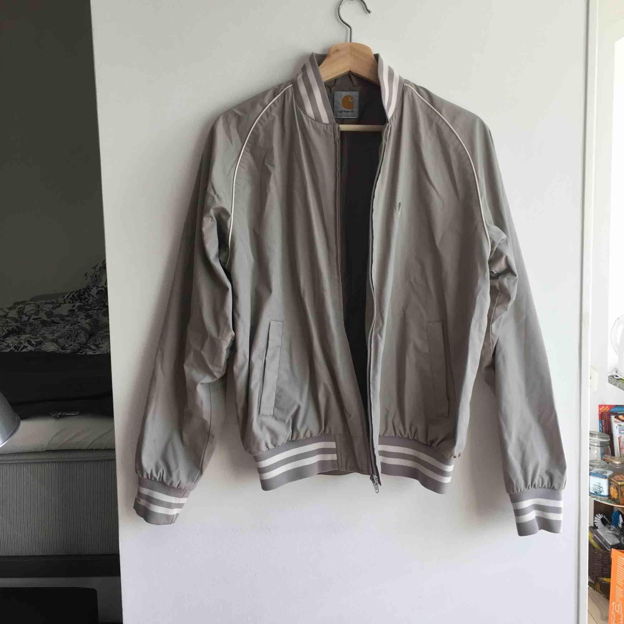 Säljer min pojkväns gamla jacka i bomber-stil som blivit för liten. Är i gott skick men har kol-fläckar på ena armen (kan ev gå bort i kemtvätt). Köpare står för frakt/vi möts upp i Malmö 🍁. Jackor.