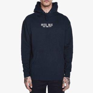 Snygg svart hoodie från märket Hotel Blue. Finns inte längre att köpa. Nypris: 50 $. Hoodien är i ett fint använt skick! Fraktpris: 95kr. Kan avhämtas i Tyresö eller mötas i centrala Stockholm.