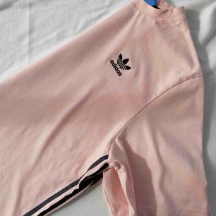 Knappt använd t-shirt från Adidas, superfin rosa färg och kan användas som oversize tröja och klänning :)