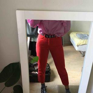 Röda högmidjade cropped jeans i modellen Taiki från Monki. Endast använda två gånger. Tar emot lite att sälja dessa, men har kommit till insikt att de är för korta för mig. För referens är jag 176cm och har långa ben. Fraktkostnad på 58kr tillkommer. 🍁