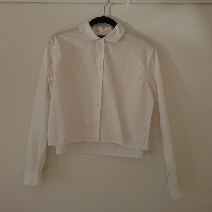 Vit cropped skjorta med slits på sidorna. Skjortor.