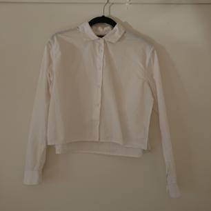 Vit cropped skjorta med slits på sidorna