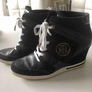 Höga sneakers från Tommy Hilfiger i storlek 39. Fint begagnat skick! Skriv vid frågor🌸