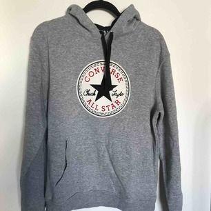 En grå hoodie med converse märke på bröstet. Gammalt köp men använd få gånger. Bra skick och väldigt mysig.  Köparen står för frakt. Kan mötas upp i Stockholm alternativt hämtas upp här.