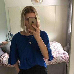 Kungsblå T-shirt med volangärmar