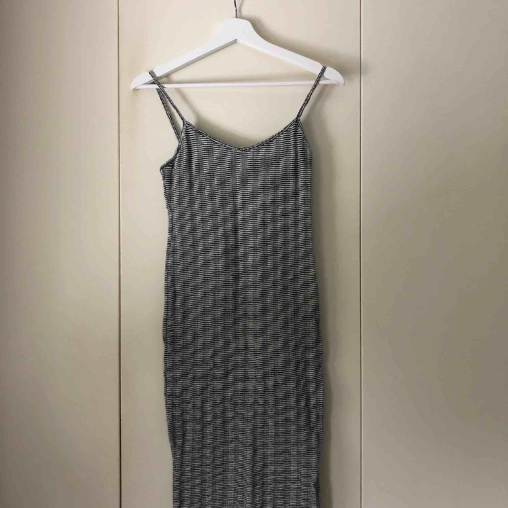Knälång klänning från Pull&bear, använd ett fåtal gånger. Klänningar.