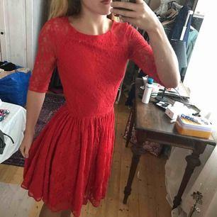 Fantastiskt vacker och söt klänning från sisters! Köpte den för 600kr men eftersom jag har haft den i ett antal år och använt den till många konserter så säljer jag den billigt.
