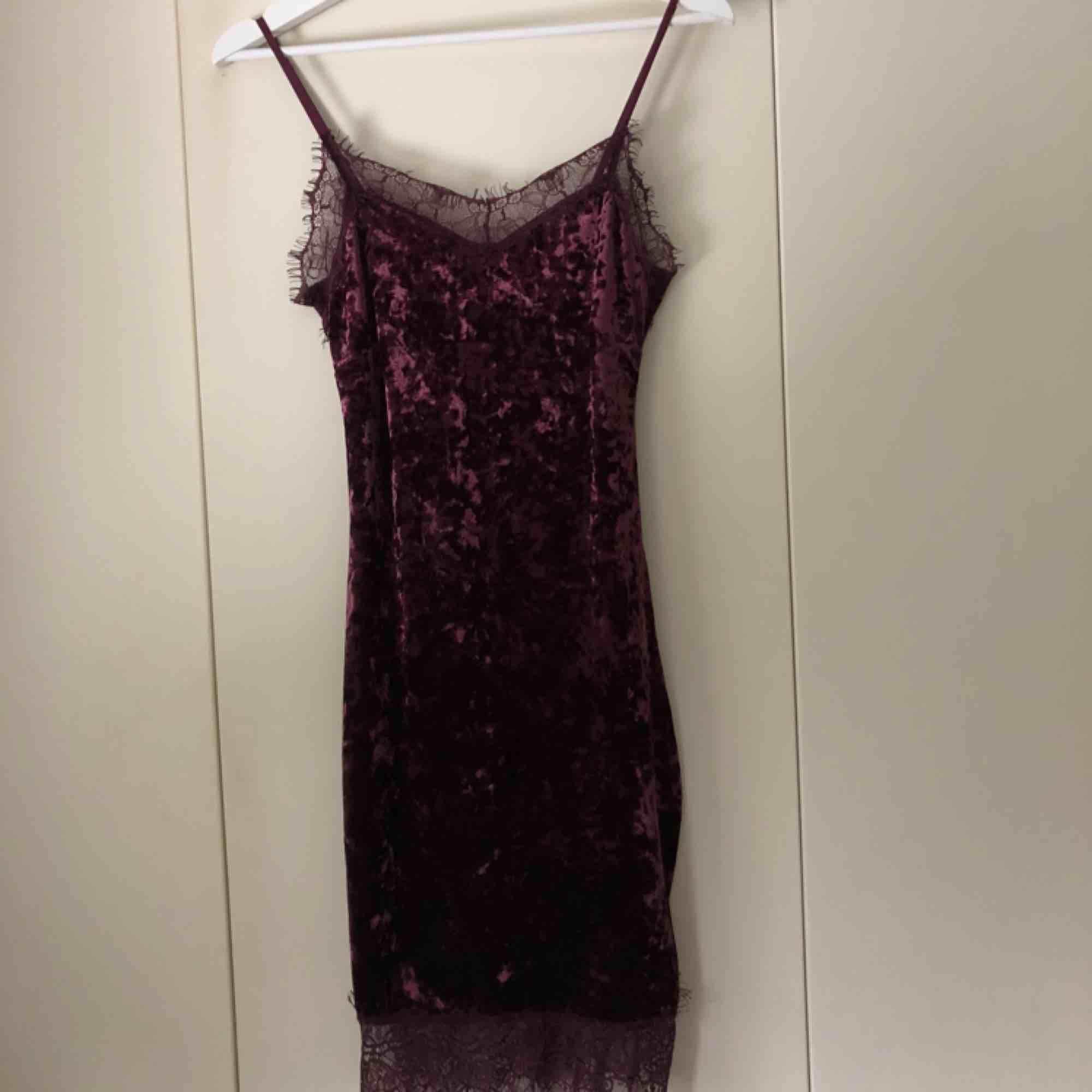 Vinröd sammetsklänning med spetsdetaljer samt dragkedja baktill från Bik Bok i strlk xs, använd 1 gång. Frakt ingår i priset. Klänningar.