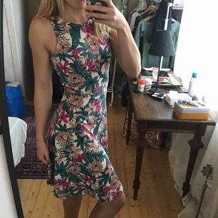 Snygg somrig klänning från HM. Knappt använd.