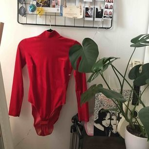 Klarröd body i sammet köpt på Humana. Den har tyvärr aldrig blivit använd och har dessutom ett par ljusare fläckar (se bild 2) och en liten mörkare (bild 3) som fanns där när jag köpte den.