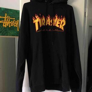 Thrasher Hoodie Flame Säljer pga använder inte längre då jag har andra hoodies. Den är nytvättad därav tvättad en gång, annars är den i väldigt fint skick! Pris kan absolut diskuteras!