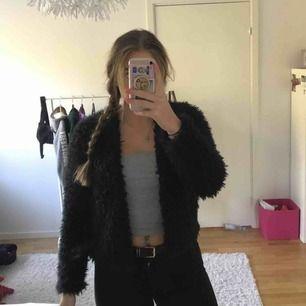 Säljer en svart pälsjacka från Gina Tricot. Aldrig använd så jackan är i perfekt skick! Färgen är svart och det är inte äkta päls :) Storlek: S