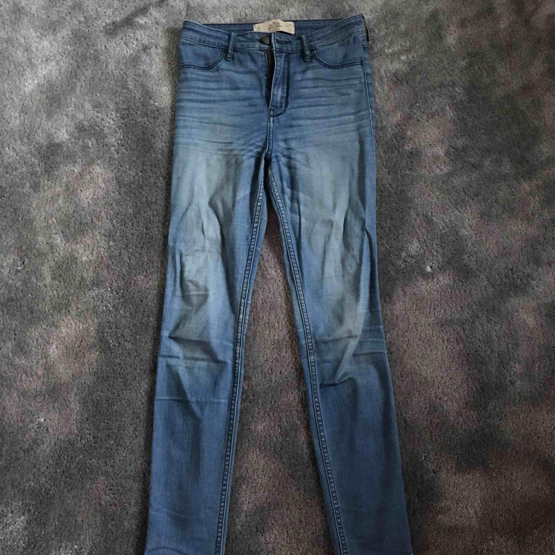 Hollister jeans i storlek w25 L27.  Bra skick men lite slitna i grenen (se bild)  Priset är exklusive frakt. . Jeans & Byxor.