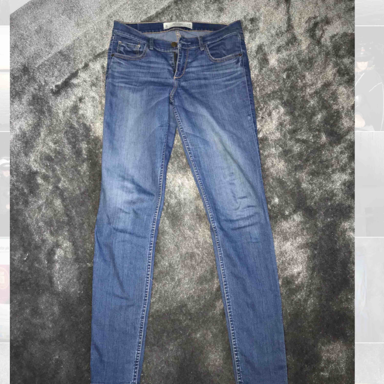 Jeans från Abercrombie & Fitch. Storlek w28 L31 Nyskick Pris är exklusive frakt. Jeans & Byxor.