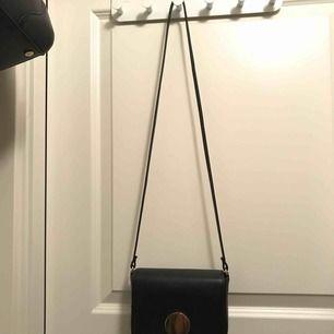 Svart väska från hm. Knappt använd Pris exklusive frakt