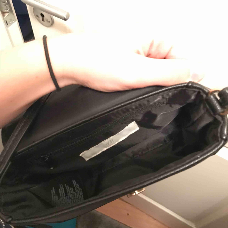 Svart väska från hm. Knappt använd Pris exklusive frakt. Väskor.