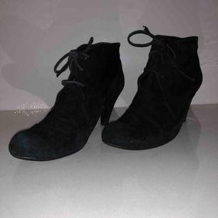 Svarta skit snygga skor med snöre