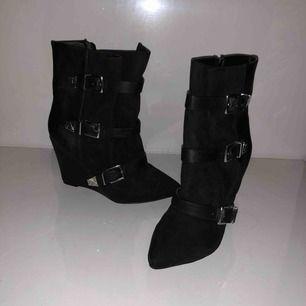Svarta högklackade skor med accessoar spännband