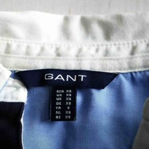 Gant långärmad piké i marinblått / Mycket bra kvalitet, använd 1-2 gånger / 100% bomull / Skriv gärna vid övriga frågor 🖤