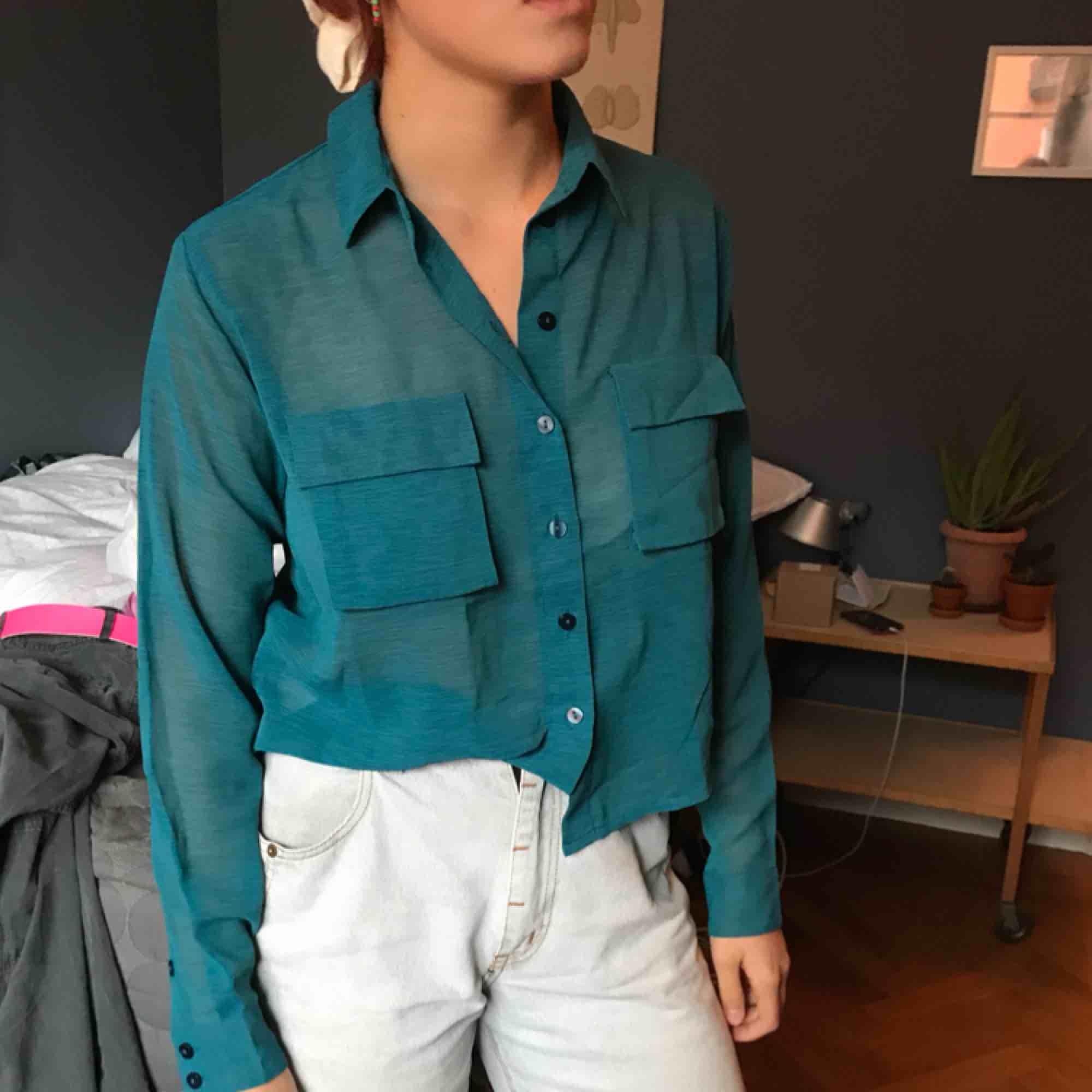 "Transparent grön turkos blus med ""utstående"" fickor. Jättefint skick. e2578c960e68e"