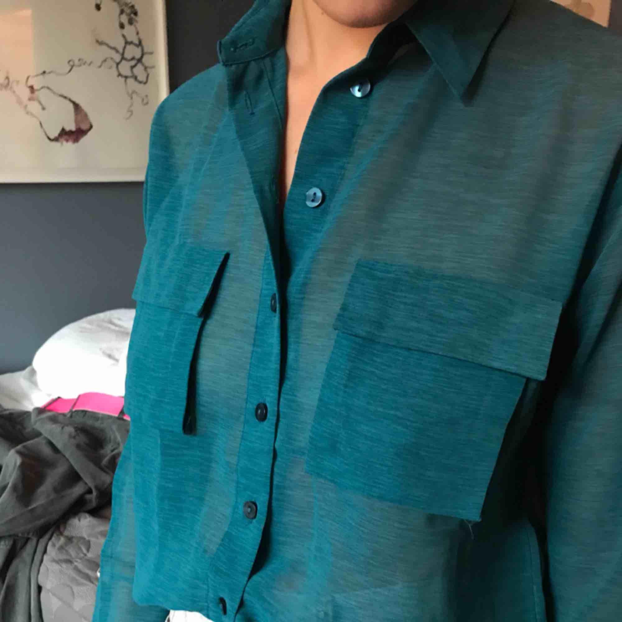 """Mötes upp Transparent grön turkos blus med """"utstående"""" fickor. Jättefint  skick. 47f9e0babb139"""