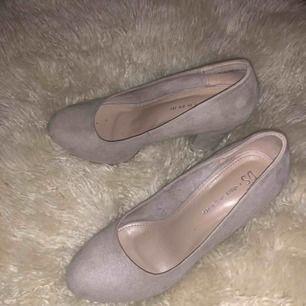 Supersnygga skor i storlek 38, säljer då de aldrig kommer till användning och de är använda en kväll! De har en svag lila färg som ser väldigt fin ut! Frakt tillkommer!