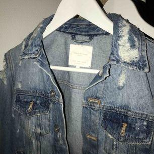 Jeans jacka med slitningar från Zara